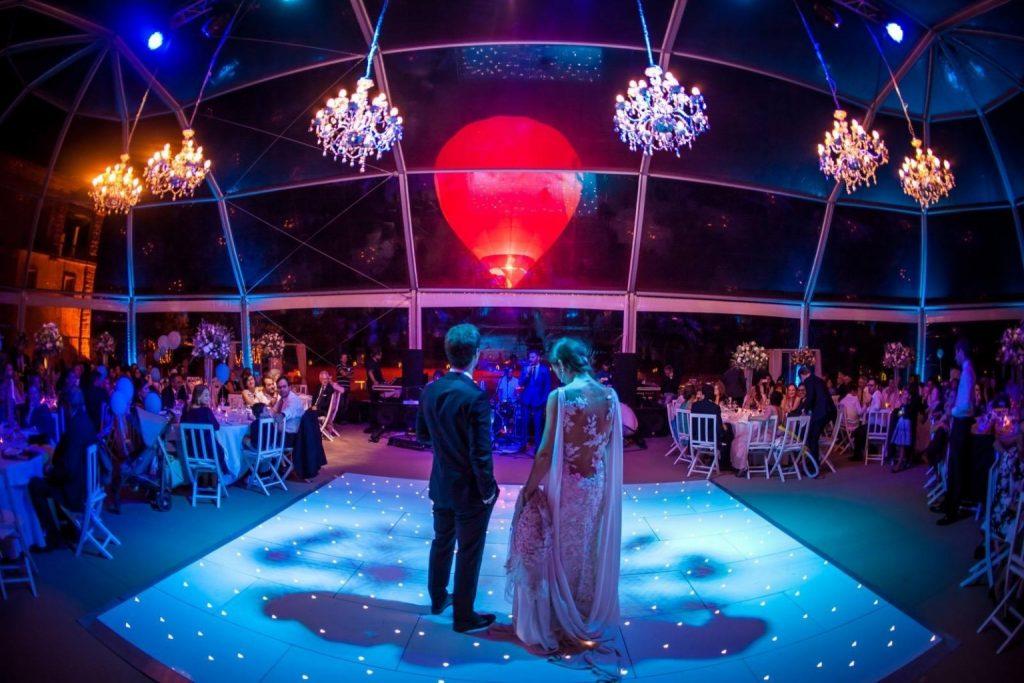 Voo cativo em balão de ar quente no casamento